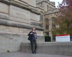 Praktikum in Bristol: Sara Kramm vor dem Wills Memorial Building in Bristol